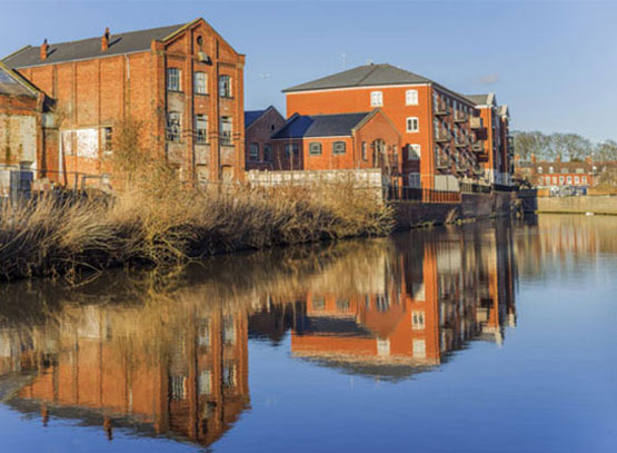 Houses-alongside-the-canal-in-Worcester.jpg